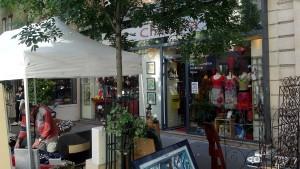 Boutique Champa - Mode Femme - un jour de juin. 1- La mode femme est répartie en deux espaces : l'un moderne-tendance, l'autre traditionnel-ethnique. Champa renouvelle régulièrement sa gamme de prêt-à-porter avec une sélection de marques tendances : CKS, ANATOPIK, INDI&COLD, LA FIANCEE DU MEKONG, BERTHE AUX GRANDS PIEDS, BAOBAB… Des tailles enfant de 2 à 10 ans, adulte de S à XXL. Pour un style frais, ludique, créatif, pratique, plein de couleurs et de joie de vivre.